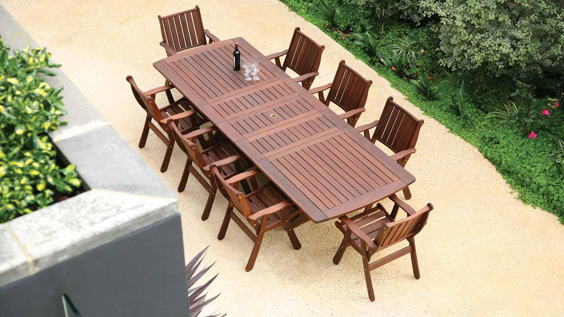 Table et chaises de jardin en bois
